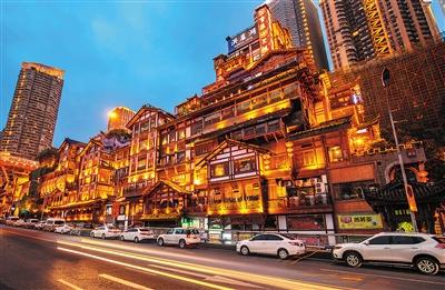 夜晚的洪崖洞景区灯火辉煌-重庆将打造20条文化旅游主题精品线路