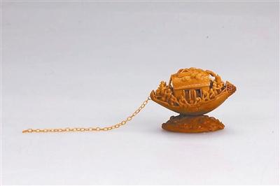 周桂新汲取东阳木雕,东阳竹编,中国传统绘画技法和现代美术设计理论精